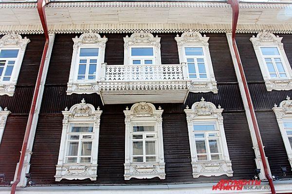 Общественное здание начала XX века смешанного типа, эклектично сочетающее элементы барокко, классицизма и традиционной сибирской деревянной архитектуры