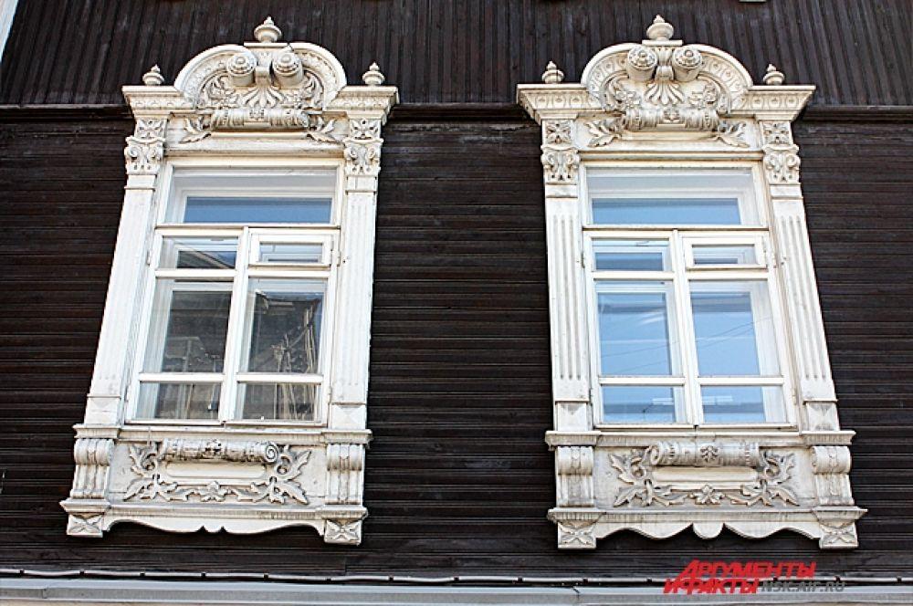 Большие окна первого и второго этажей обрамлены наличниками, возникшими, очевидно, под влиянием барочных каменных волют.