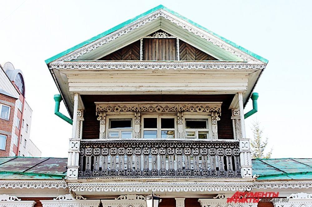 В доме жил купец Рунин, торговавший чаем и сахаром.