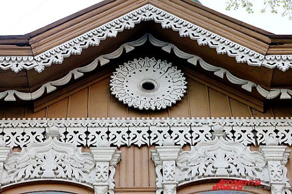 В декоре прослеживаются традиционные орнаменты растительного рисунка.