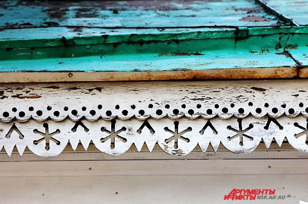 Надоконная доска в виде сандрика с ажурной «короной» на горизонтальной полке украшена пропильной резьбой.