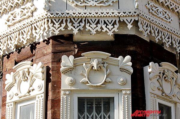 Надоконная доска завершена разорванным лучковым карнизом, фланкированным трилистником. В центре располагается овальный медальон.