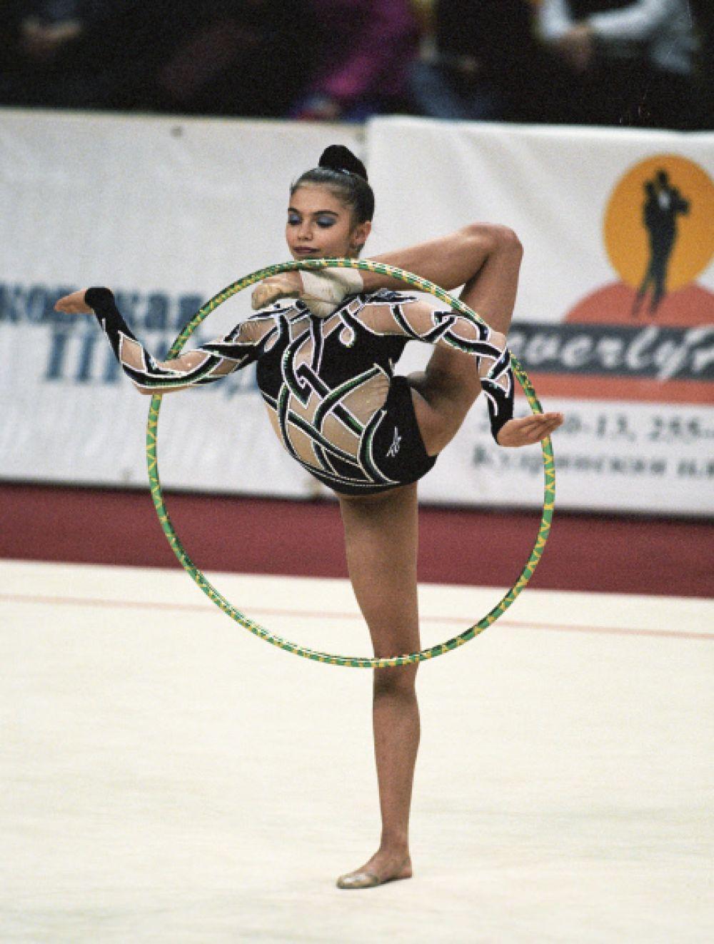 Алина Кабаева родилась в Ташкенте в семье профессионального футболиста, и уже в 3,5 года была отдана мамой в художественную гимнастику. Когда Алине было 12, мама перевезла ее в Москву для занятий с тренером Ириной Винер.