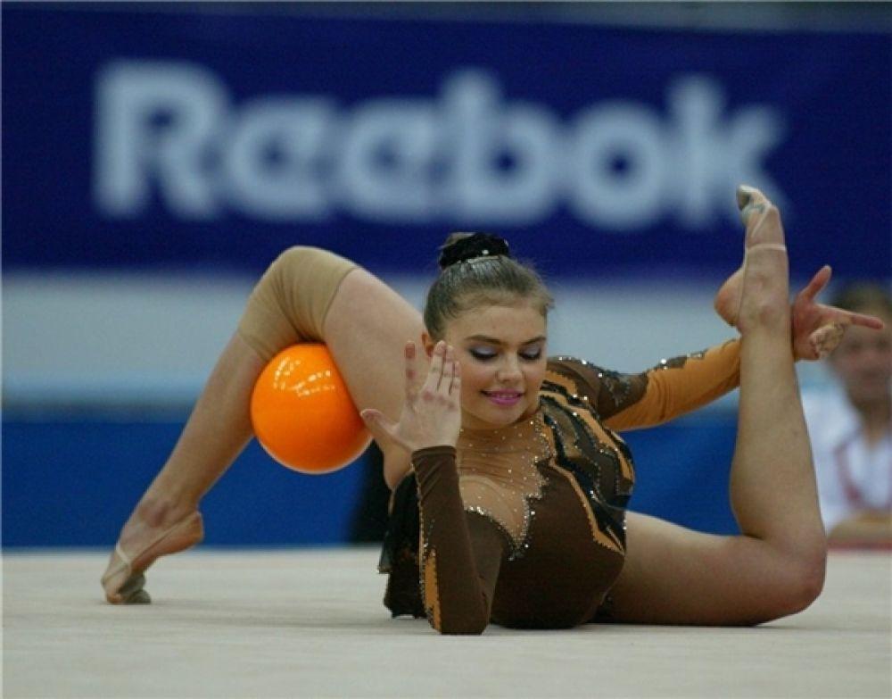 В 2001 году из-за допингового скандала Алина Кабаева была дисквалифицирована на два года, лишившись права участвовать в соревнованиях.