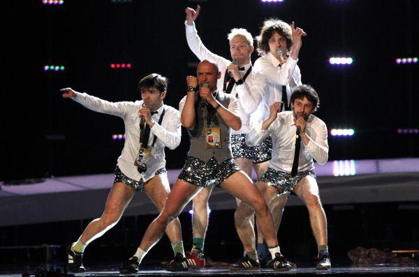 В 2010 году на «Евровидении» выступил латвийский коллектив InCulto. Экстравагантный номер артистов больше напоминал номер КВН, нежели хореографическое выступление, а в конце мужчины и вовсе сорвали с себя брюки, оставшись на сцене в одних лишь серебристых трусах.