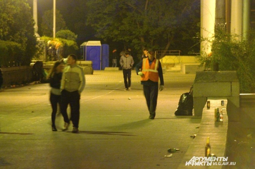 Коммунальные службы выходят на уборку глубокой ночью.