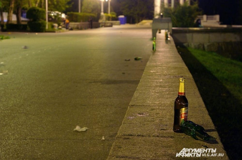 После массовых гуляний на набережной повсюду пустые бутылки.