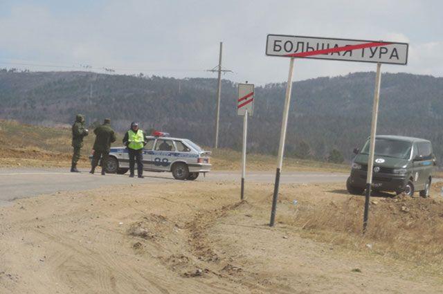 Въезд на опасную территорию закрыли полицейские.