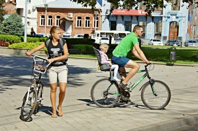 Омичи стали пересаживаться на велосипеды.