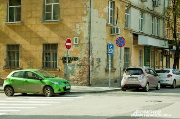 Они ставят свои авто на перекрёстках и под знаком.