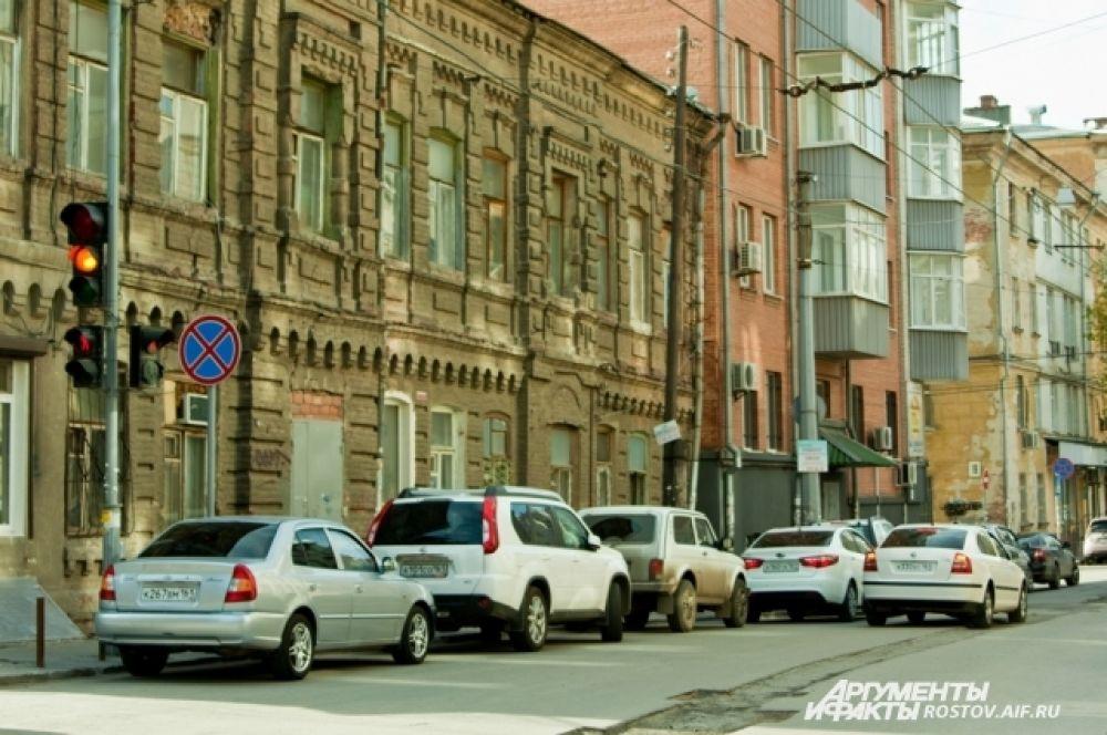 Из-за отсутствия стоянок ростовские водители паркуются в два ряда.