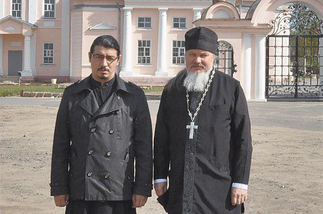 Русский батюшка Андрей Лазарев (справа) и цыган диакон Элизбар Иванов вместе служат в храме Вознесения Господня в Кимрах и молятся о благополучии Отечества.