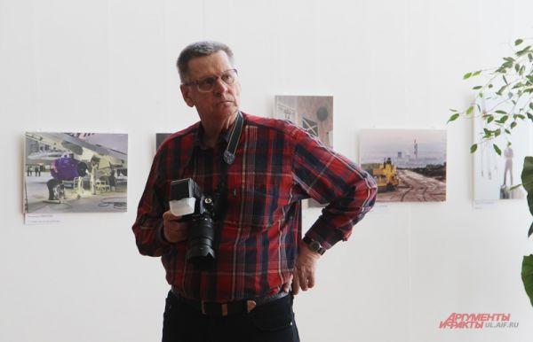 Фотографы не забыли взять на выставку свои инструменты – фотоаппараты.