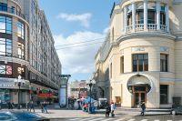 Редкий случай для столицы: один из старейших ресторанов города («Прага» на Арбате) остался и по сей день. А вот зданиям на чётной стороне не повезло: от них остались лишь воспоминания и фотографии. Чего стоило владельцам дома-монстра добиться расположения бывшего мэра - станет известно позднее.