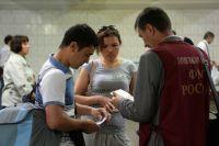 Сотрудник Федеральной миграционной службы (ФМС) проверяет наличие прописки в Москве.