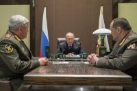 Владимир Путин во время встречи с назначенными новыми полпредами Николаем Рогожкиным (слева) и Сергеем Меликовым.