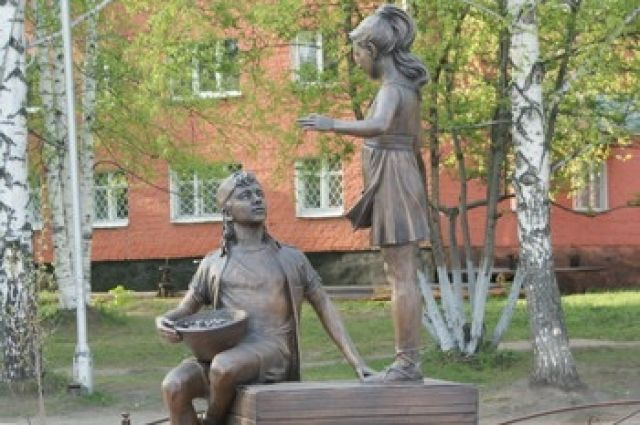 Девочка складывает ягоды в фартук, а мальчик сидит на ящиках и держит в руках таз для ягод.