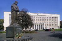 Здание Закарпатской областной государственной администрации и памятник Тарасу Шевченко.