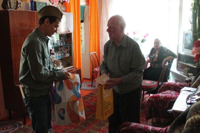 Подарки от «Ростелекома» получили ветераны.