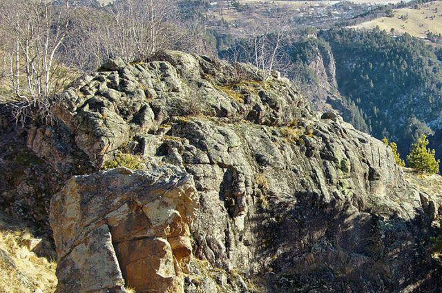 Первоначально спасатели следов альпиниста не нашли.