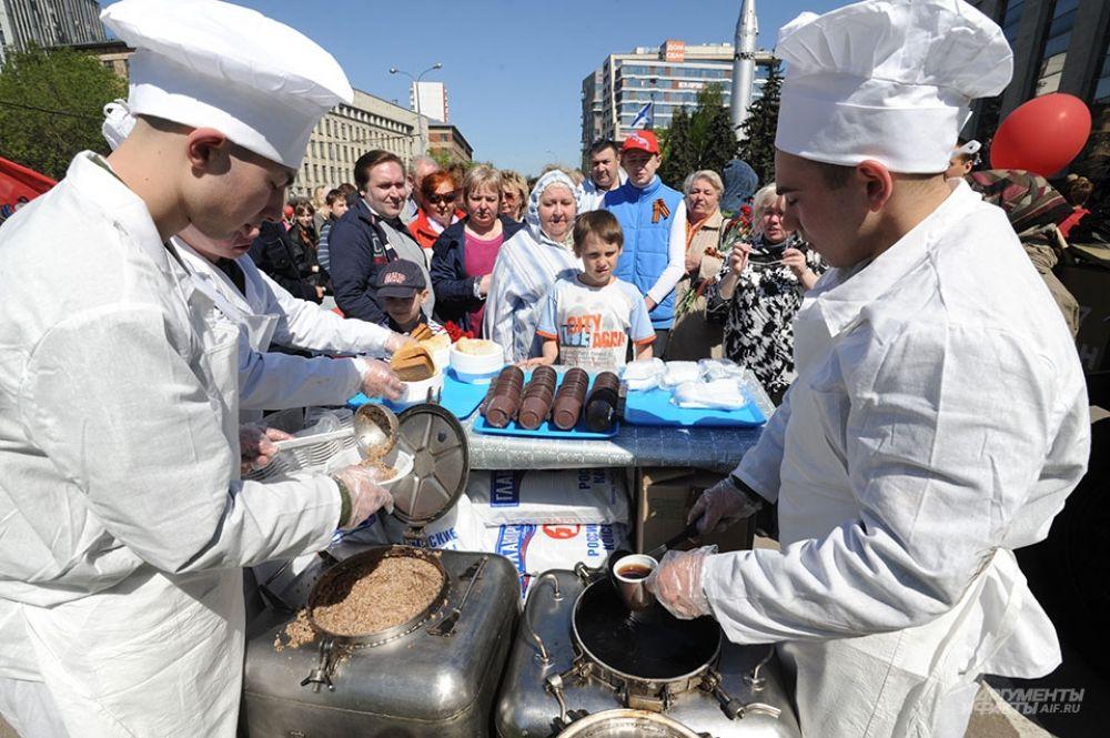 В передвижных армейских кухнях для гостей праздника было приготовлено 80 килограмм гречки c тушёнкой.