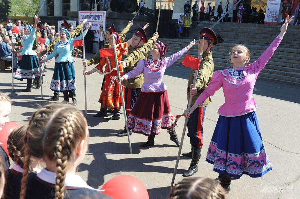 Праздничный концерт открыло выступление военного оркестра, за которым последовали поздравления от организаторов.