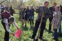 Министр А. Винокуров первым посадил дерево на аллее журналистов.