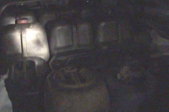 Салон автомобиля был полностью забит канистрами с топливом.