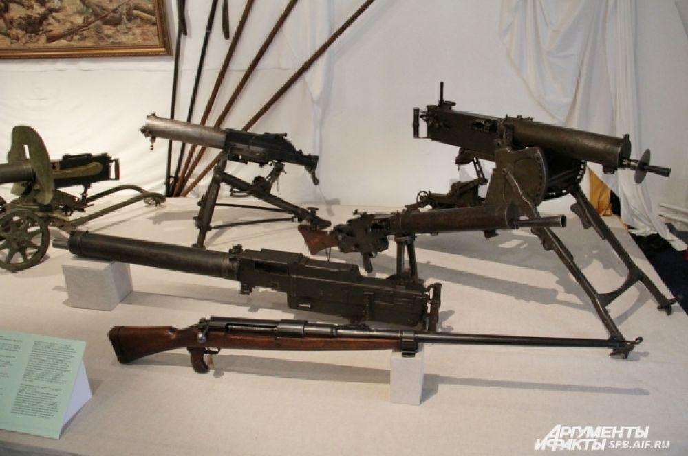 На выставке представлено как холодное, так и огнестрельное оружие.