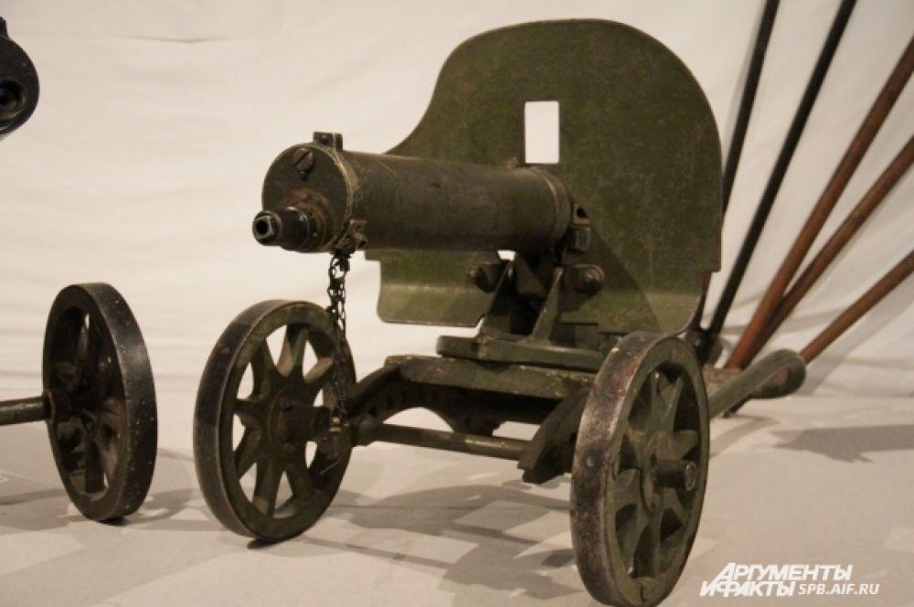 Экспонат выставки - станковый пулемет образца 1910 г. на станке Соколова. Россия