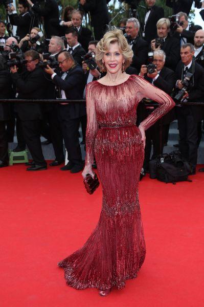 В строгом, но чувственном платье бордового цвета на красной ковровой дорожке появилась легенда мирового кино – Джейн Фонда.