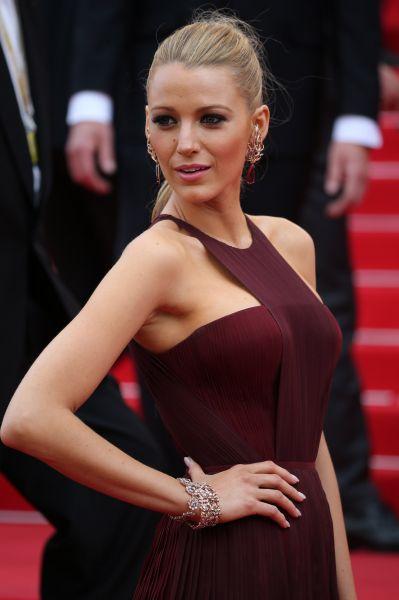 Многих удивило присутствие на открытии фестиваля актрисы Блейк Лайвли, звезды сериала «Сплетница». Лайвли была в достаточно скромном платье, не лишённом оригинальной отделки.