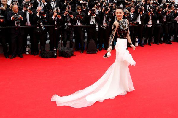 Самым оригинальным и нестандартным платьем церемонии стал наряд актрисы Чжан Цзыи. Контрастное платье актрисы сочетало в себе белый тюль с множеством латексных элементов и гигантским бантом.