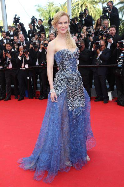 Пожалуй, главной звездой дня стала знаменитая актриса Николь Кидман, появившаяся на красной дорожке в платье от Armani. Каннский кинофестиваль откроётся фильмом «Принцесса Монако», где Кидман сыграла Грейс Келли – наряд у актрисы был и впрямь достойным.