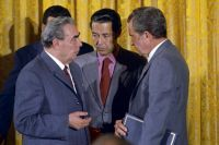 Леонид Брежнев и президент США Ричард Никсон. Виктор Суходрев - в центре.