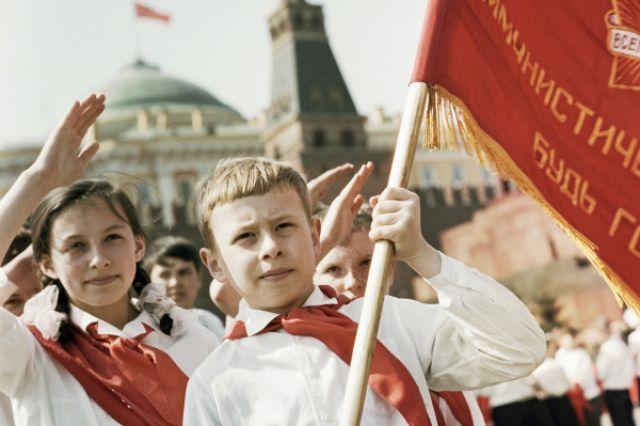 Московские школьники, которых только что приняли в пионеры, идут по Красной площади, 1965 год.