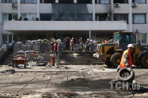 Шахтеры и милиционеры разбирают баррикады в Мариуполе