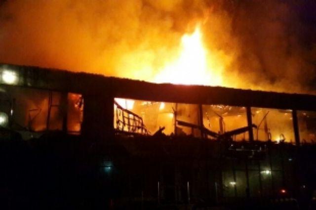 Сгорело двухэтажное здание.