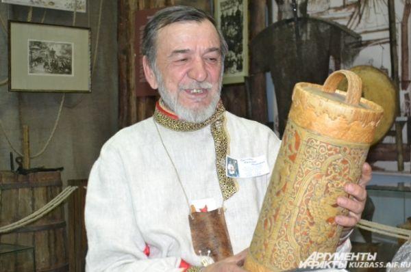 Мастер-берестянщик Николай Панченко с удовольствием раскрывал секреты своего ремесла и дарил собеседникам незатейливые свистульки из бересты.