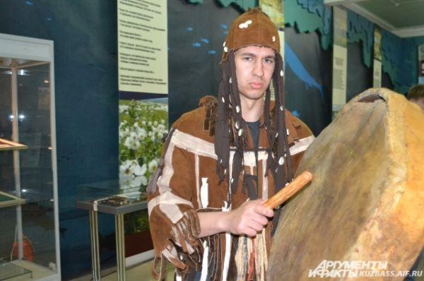 В отделе природы каждый час начинался с камлания самого настоящего шамана. Может быть именно он и вызвал дождь, который дал кузбассовцам возможность подольше побродить по залам музея?