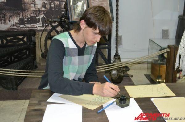 На импровизированном телеграфе кемеровчане могли написать на бумаге послание с помощью перьевой ручки и туши, правда, с первого раза получалось не у всех.