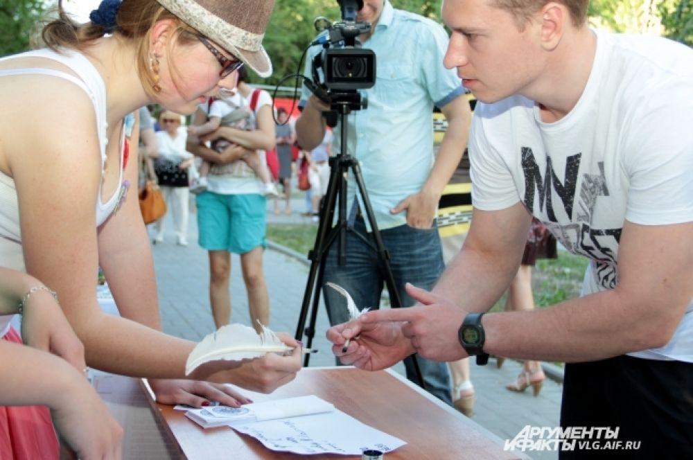 В сквере напротив музея Машкова можно было научиться искусству каллиграфии.