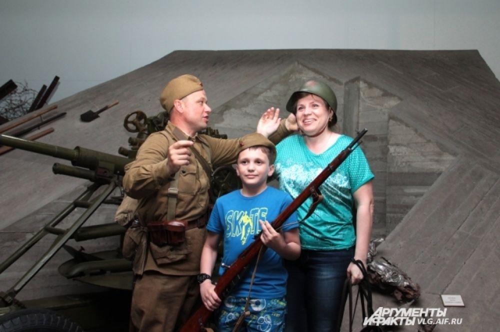 В музее-панораме «Сталинградская битва» можно было сфотографироваться в военной форме и с оружием.