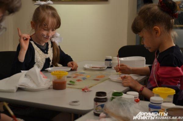 На мастер-классе Надежды Спектровой по росписи тарелок акриловыми красками, можно было раскрыть все свои творческие способности, а потом забрать расписной мини-поднос домой.