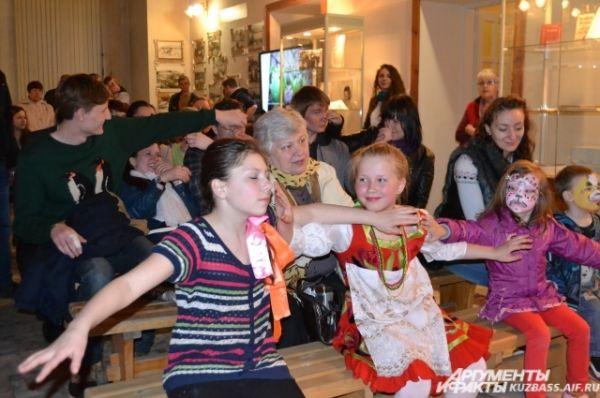 В перерывах между концертными номерами зрители принимали участие в народных играх и забавах.
