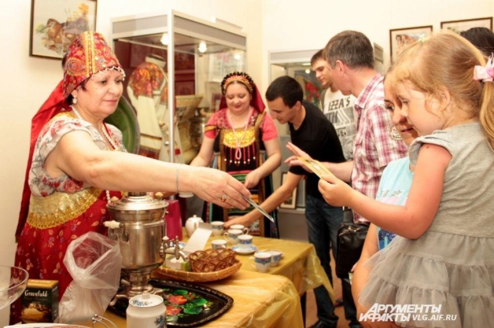 В зале «Чай пили – до ста лет прожили» краеведческого музея всех угощали чаем из самовара.