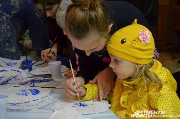 В Слободе мастеров на память о музейной ночи можно было самим смастерить сувенир: сделать горшочек и фляжку из глины или расписать салфетку.