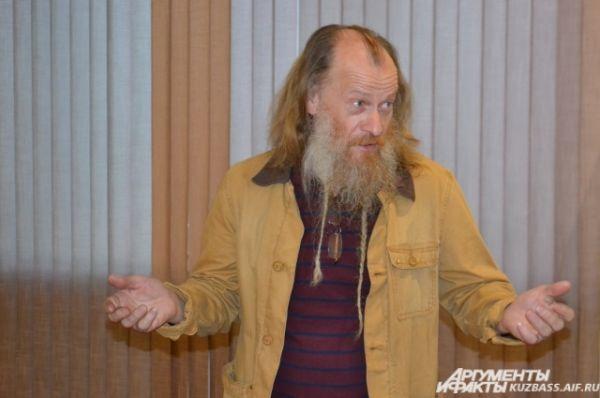 Чтобы принять участие в Музейной ночи, из Новосибирска специально приехал один из авторов фотовыставки Евгений Иванов. Он с большим удовольствием общался со зрителями и отвечал на вопросы.