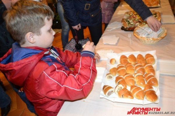 Гостей праздника угощали бутербродами и пирогами с колбой, пиццей и пирожками.