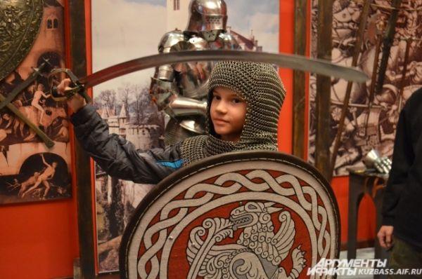 В Музейную ночь посетителям разрешали примерить кольчугу, форму красноармейца, маскировочный костюм разведчика, а также подержать в руках щиты, мечи и сабли.
